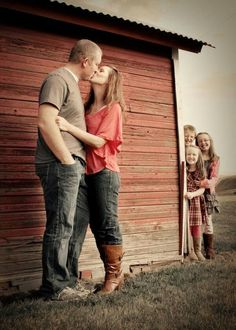 Kids Peeking Family Photo, Fun and Creative Family Photo Ideas, http://hative.com/fun-creative-family-photo-ideas/,