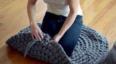 art inspiration How to crochet a giant circular rug - no sew - Expression Fiber Arts Finger Crochet, Crochet Diy, Finger Knitting, Arm Knitting, Crochet Home, Crochet Crafts, Yarn Crafts, Hand Crochet, Knitting Patterns