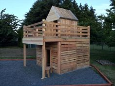 DIY Pallet Playhouse for Kids Fun Check more at http://palleteideas.info/2016/11/21/diy-pallet-playhouse-for-kids-fun/ Check more at http://palleteideas.info/2016/11/21/diy-pallet-playhouse-for-kids-fun/