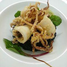 Quelques chipirons et risotto à l'encre..... #menubistronomique #chipirons #encornet #calamars #encredeseiche #risotto #parmesan #parmigiano #Food #Foodista #PornFood #Cuisine #Yummy #Cooking