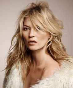 Kate moss reveals her secret to younger skin and it's very very cheap Vogue Paris, Katie Holmes, Kate Moss Hair, Bed Hair, Moss Fashion, Afro, Queen Kate, Modelos Fashion, Younger Skin