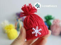 Nejsou pletené ani uháčkované, přesto vypadají jako opravdové. Vyrobte si podle video návodu dekorační mini zimní čepičky z vlny. Hotovými kulichy můžete ozdobit vánoční stromeček, čepičky můžete navěšet na větvičky, dekorovat jimi dárky, použít je… Festive Crafts, Christmas Crafts For Kids, Christmas Projects, Winter Christmas, Handmade Christmas, Holiday Crafts, Diy Crafts, Christmas Ornaments, Festival Decorations