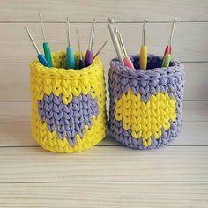 Coisa fofa esses dois cestinhos, porta agulhas, porta pincéis, porta lápis...enfim dois porta trecos muito lindos! #inspiracao #portatrecos #crochet #trapillo #fiosdemalha #tshirtyarn Via @pembeevhobi