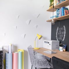Step by step: how to make 3D elements using paper to decorate a white -- and boring -- wall. (in Portuguese)
