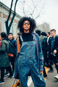 Overalls paired with a sleeveless turtleneck keeps things light and airy, and adding a flannel just in case is the way to go. Overalls Outfit, Sleeveless Turtleneck, Fashion Seasons, Teen Vogue, Cold Day, Star Fashion, Just In Case, Milan, Nice Dresses