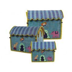 Krimskramskiste in Zirkuswagenform für Jungen von RICE. Größe der großen Kiste: 54 x 44 x 34 cm, Größe der mittleren Kiste: 47 x 39 x 29 cm, Größe der kleinen Kiste: 40 x 33 x 25 cm. Alle 3 Größen passen perfekt ineinander. Alle Größen sind jeweils einzeln bestellbar, das 3er-Set enthält je eine kleine, mittlere und große Kiste. Der besondere Clou dieser Spielzeugkiste von RICE ist das aufklappbare gestreifte Dach des Zirkuszeltes. Um die Kiste mit Spielzeug oder allerlei Krimskrams zu…