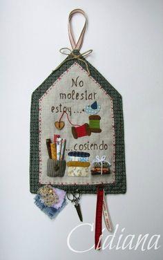 Redwork Embroidery Cidiana: Mini panel No molestar. Patch Quilt, Applique Quilts, Quilt Blocks, Quilting Projects, Crochet Projects, Sewing Projects, Sewing Room Decor, Sewing Rooms, Small Quilts