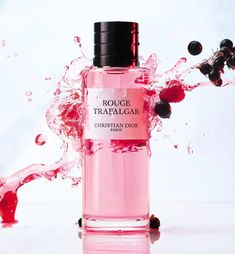 Rouge Trafalgar : le parfum couture aux accords fruits rouges l DIOR Clean Perfume, Christian Dior Perfume, Dior Fragrance, Sent Bon, Dior Haute Couture, Red Design, Spice Blends, Red Berries, Bergamot