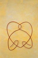 ワイヤーで作ったハートを持つ人物(黄色)