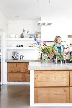 Esther Jostmeijer - Wonen houten keuken, gegoten vloer (=strak en makkelijk schoon), muren wit en strak, moderne lamp