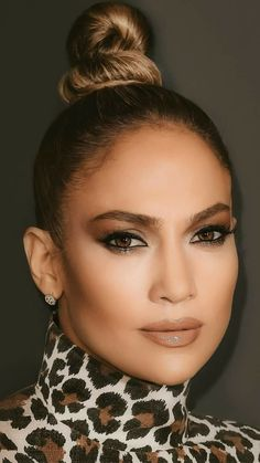 Get Ready for Jennifer Lopez& New Skin Care Line Last April, Jennifer Lopez gave us an incredible makeup collaboration with Inglot that included 70 makeup products. Now, Lopez has just revealed that she's working on a skin care line. Maquillaje Jennifer Lopez, Jennifer Lopez Makeup, Jennifer Lopez News, Jennifer Lopez Outfits, Jennifer Lopez Photos, Jlo Makeup, Beauty Makeup, Hair Makeup, Hair Beauty