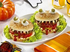 The recipe for Halloween vampire burger and more free recipes on LECKER. Bolo Halloween, Food Halloween Costumes, Easy Halloween Snacks, Halloween Buffet, Halloween Appetizers, Halloween Vampire, Halloween Dinner, Halloween Food For Party, Halloween Horror