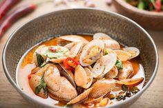 Les palourdes à la pâte de chili et basilic Thaï, Hoi Pad Nam Prik Pao หอยลายผัดน้ำพริกเผา, est une recette très simple et rapide à réaliser, succulente et légèrement épicée.