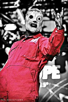 Corey Taylor with the second generation Knot mask! I pinned this pin because Taylor is my favorite singer, in the classic mask.