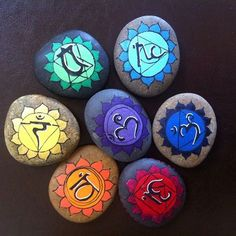Chakra stacked like a Karin and colored tat Pebble Painting, Dot Painting, Pebble Art, Stone Painting, Chakra Painting, Stone Crafts, Rock Crafts, Diy And Crafts, Arts And Crafts
