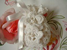 Wedding favor bag handmade crocheted white cotton. Confetti lace white port.