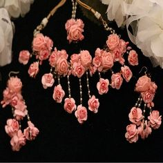 Get beautiful rose pink floral jewelry sets. Flower Jewellery For Mehndi, Bead Jewellery, Flower Jewelry, Indian Jewelry Sets, Indian Wedding Jewelry, Bridal Bangles, Bridal Jewelry, Rose Necklace, Necklace Set