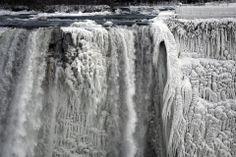Las bajas temperaturas que afectan a EE.UU y el sur de Canadá congelaron gran parte de las cataratas del Niagara. Foto: Reuters