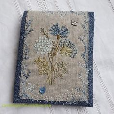 Hand Embroidery Stitches, Hand Embroidery Designs, Embroidery Art, Embroidery Applique, Cross Stitch Embroidery, Modern Embroidery, Fabric Book Covers, Art Textile, Fabric Art