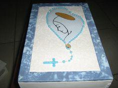 Caixa de MDF, branca e azul com estampa de um terço e dentro a figura de Nossa Senhora por fora forrada com pano de algodão e por dentro pintada com tinta acrílica branca. Técnica usada Patchaplique com cartão mousse.