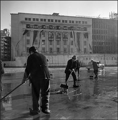 București, 1947. Foto: Werner Bischof/Magnumphotos.com Socialist State, Warsaw Pact, Central And Eastern Europe, Bucharest Romania, Magnum Photos, Time Travel, Communism, Socialism, Nostalgia
