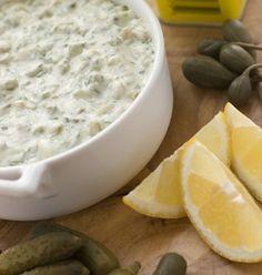 Соус тартар Соус тартар майонез 150 гр. отварные яичные желтки 2 шт. горчица 1 ч. л. зубки чеснока 2 шт. маринованный огурец 1 шт. каперсы 1 ст. л. лимоный сок 1 ст. л. сахар 1 ч. л. красный молотый перец 1 ч. л. зеленый лук по вкусу зелень петрушки по вкусу Больше подробностей с сайта Рецепты блюд - Повар в доме