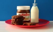 Nutella recipes are fantastic for fans of this chocolatey heaven in a jar. Use it to make such yummy sweet treats as Nutella cake, Nutella biscuits and Nutella popsicles. There's even a recipe for Nutella pizza for die-hard fans of the dark stuff! Nutella Brownies, Nutella Cookies Easy, Nutella Bar, Tasty Chocolate Chip Cookies, Nutella Biscuits, Biscuit Cookies, Biscuit Recipe, Nutella Recipes, Desserts Nutella