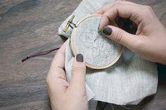 Aprenda a fazer bordado ponto russo passo a passo. São várias fotos para você ver todos os detalhes e aprender a fazer essa linda técnica de bordado.