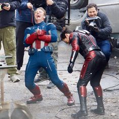 """""""These behind the scenes pictures from the set of Endgame will always remain the cutest"""" Marvel Avengers Movies, Avengers Cast, Marvel 3, Marvel Jokes, Marvel Actors, Marvel Funny, Avengers Pictures, Marvel Photo, Dc Memes"""
