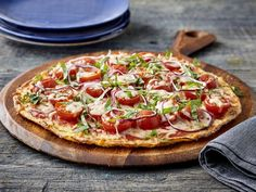 Tomato and basil pizza on cauliflower crust Discover lots of easy and delicious recipes to cook with Arctic Gardens frozen vegetables. Wine Recipes, Food Network Recipes, Cooking Recipes, Healthy Recipes, Delicious Recipes, Healthy Food, Cauliflower Crust, Frozen Vegetables, Pizza