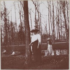 No parque em Tsarskoe Selo, em 1910: Lady Anna Vyrbova. Em segundo plano pode-se vê as grã-duquesas remando no lago.