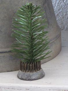 Op het oude luik hing ik een kerst-tak, heel simpel, gewoon wat groen en verder niks. Het geeft deze hoek die verder sober van kl...