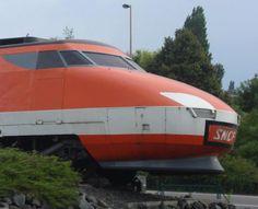 """""""Ancien logo SNCF sur le nez de la motrice TGV 001, sur une sortie d'autoroute au nord de Strasbourg"""", par Pierre-Alexis Larcher."""