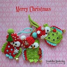 Merry Christmas. geen patroon wel inspiratie :) Crochet Christmas Ornaments, Christmas Owls, Christmas Crochet Patterns, Holiday Crochet, Merry Christmas, Crochet Owls, Crochet Crafts, Crochet Projects, Owl Crafts