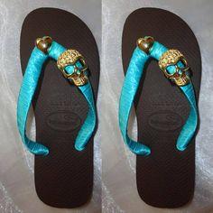 Chinelo Bordado Top Marrom, fita de cetim azul turqueza com uma caveira de metal dourada. R$ 43,00