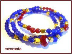 Pulsera de piedras naturales azul-roja-dorada.