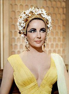 Liz Taylor en Cleopatra de Joseph Manckiewicz ( 1963), con uno de los 65  vestidos diseñados por Irene Sharaff,