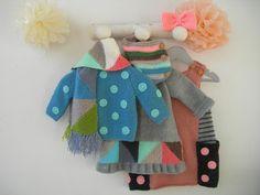 Jersey lunares en azul vaquero - aguamarina, vestido Samsa o vestido Noa en rosa maquillaje. Cualquiera de los tres modelos combinados con un cuello de rayas y la bufanda de triángulos.
