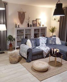 Przytulny salon z szarą sofą i dekoracją z pledów i poduszek - Lovingit.pl Ikea Showroom, New Home Essentials, Sofa, Couch, Room Inspiration, My House, New Homes, Sweet Home, Gallery Wall