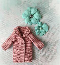 Вечер добрый, как делишки?! Каникулы продолжаются, а у меня все болеют, я пока держусь. Все вяжу, вяжу... Вот пальто для новой куколки, еще надо ботинки и шапку, работы много вобщем. #zontik_lena #вязаниекрючком #кукольнаяодежда #одеждадлякукол