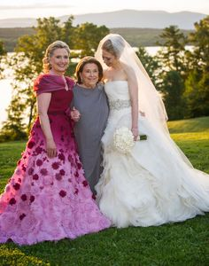 Our favorite Mother of the bride looks from the past. Celebrity Wedding Photos, Celebrity Weddings, First Lady Of America, Chelsea Wedding, Chelsea Clinton, Dating Girls, Badass Women, Looking For Women, Mother Of The Bride