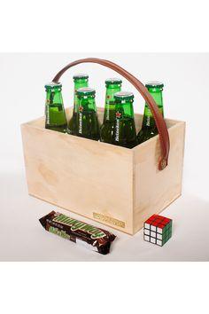 Cerveza es cerveza, y mejor cuando viene de a 6. Un lindo empaque en madera de pino con manija en cuero, ideal para llevar a un asado, a un cumpleaños o para dar un regalo especial. Viene acompañado de un chocolate milkyway y un pequeño cubo Rubik, para revisar las destrezas después de hacer consumido las cervezas. Lo encuentras en la tienda en línea de La Confitería, que ofrece despachos a las principales ciudades de Colombia. Ideas Para, Magazine Rack, Chocolate, Storage, Home Decor, Heineken, Gifts For Boss, Special Gifts, Gifts For My Boyfriend