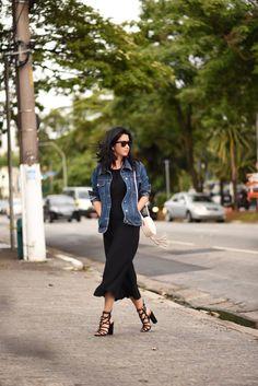 Look da Constanza Fernandes com vestido preto e jaqueta jeans