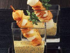 Fischspieße im Lauchmantel auf Senfsauce ist ein Rezept mit frischen Zutaten aus der Kategorie Fisch. Probieren Sie dieses und weitere Rezepte von EAT SMARTER!
