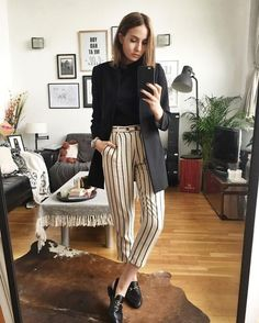 Fall outfit idea - white and black striped pants, loafers, and a black blazer Outfit Loafers, How To Wear Loafers, Gucci Loafers, Outfit Jeans, Sweater Outfits, Look Office, Office Looks, Office Style, Office Look Women