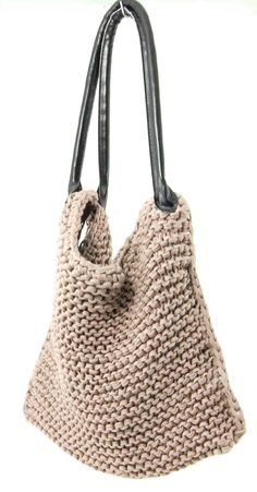 DIY crochet/knit bag. Love it with the purse straps! Maybe I could recycle some I find at a thrift store?