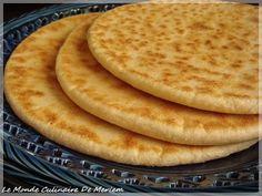 C'est une galette qu'on fait souvent en Algérie , elle est cuite sur un tajine sur feu vif et non dans un four, a chacun sa façon de la faire. Cette galette peut être dégustée aussi bien chaude que froide, seule ou tartinée de beurre, de confiture ou... Easy Bread Recipes, My Recipes, Cooking Recipes, Algerian Cookies Recipe, Moroccan Bread, Algerian Recipes, Algerian Food, Brioche Bread, Masterchef
