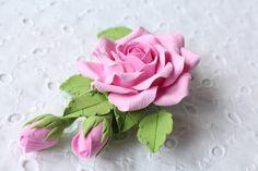 Fleur d'argile polymère pince de cheveux. rose rose avec des bourgeons.