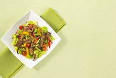 This aromatic warm Thai salad is a delicious way to eat veggies in the colder season. Everything is prepared in a wok or fry pan. The sweet, tangy and spicy dressing adds an extra punch to this beef salad. Stir Fry Tomatoes, Fried Tomatoes, Thai Salads, Beef Strips, Lime Vinaigrette, Beef Salad, Fried Beef, Beef Stir Fry, Chili Lime