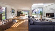 Stilvolles Einfamilienhaus mit viel Liebe für Details | homify | homify Modern Farmhouse, Couch, Contemporary, Furniture, House Ideas, Home Decor, Building Companies, Home Plans, Detached House